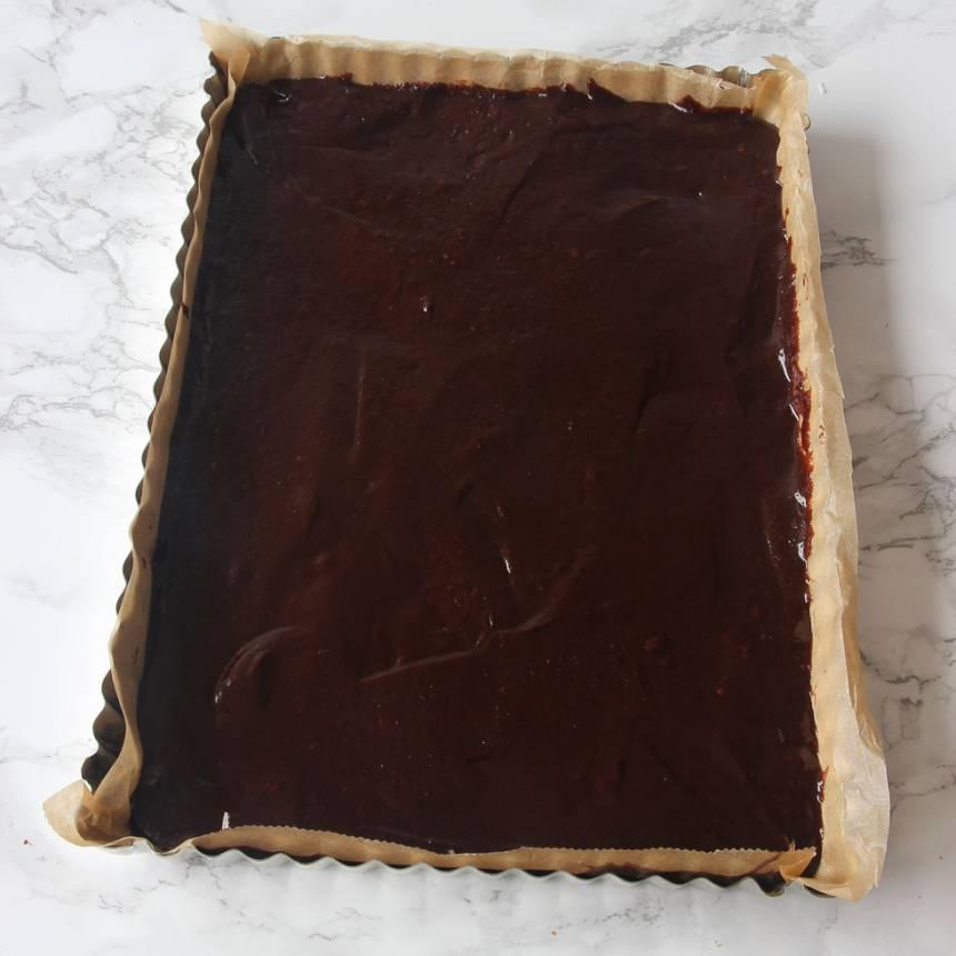 3. Lägg i ett bakplåtspapper i formen eller smörj och bröa. Häll smeten i formen och bred ut den med en slickepott. (Det går också att göra kakan i en rund form, 23–24 cm i diameter).