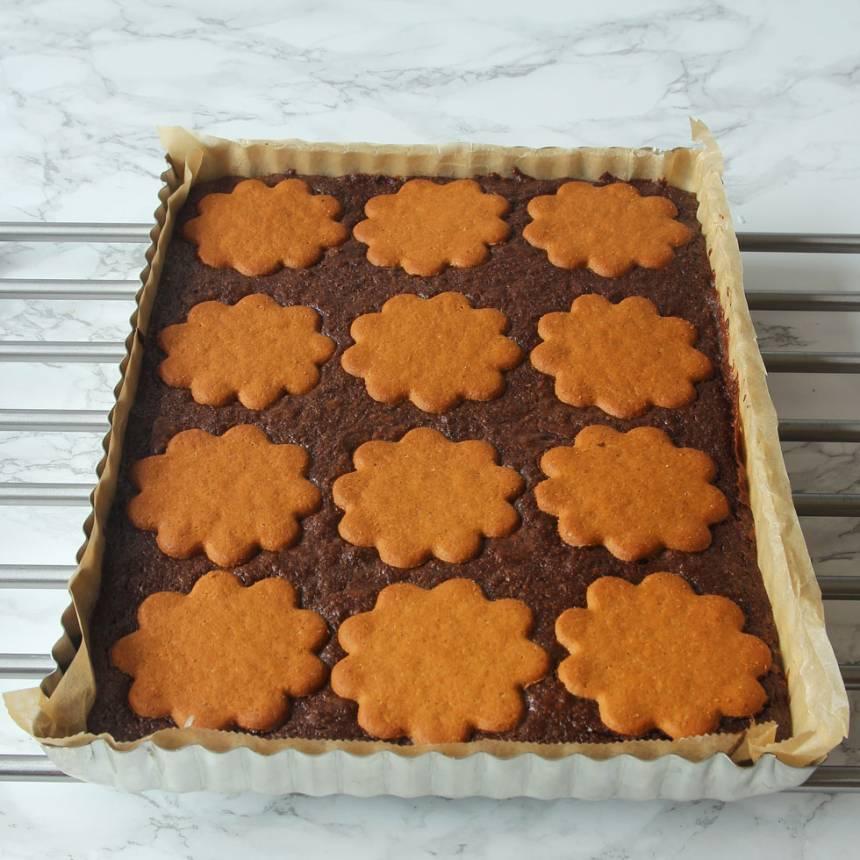 5. Grädda kakan mitt i ugnen i 22–24 min beroende på hur kladdiga du vill ha rutorna. Låt kakan svalna i formen innan du skär den i rutor.