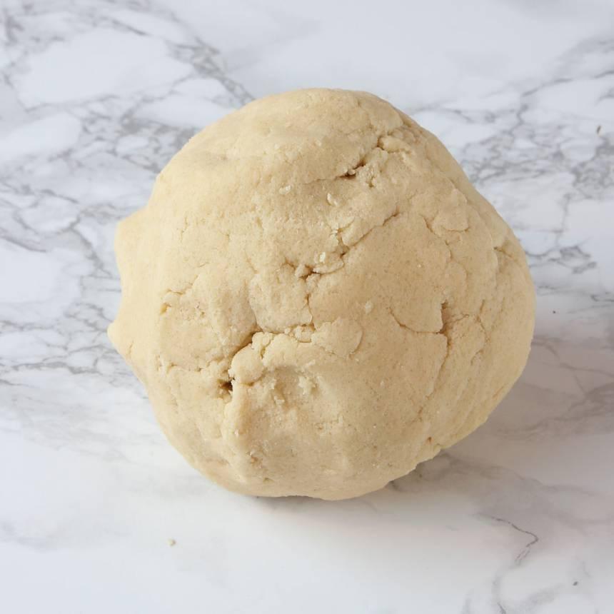 1. Mördeg: Nyp ihop alla ingredienserna till en deg eller kör dem snabbt i en hushållsmaskin. Ställ degen i kylen i 15–30 min. Sätt ugnen på 180 grader.