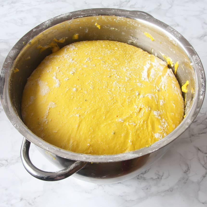 1. Smula ner jästen i en bunke. Tillsätt mjölken + saffran rör och rör om tills jästen lösts upp. Tillsätt smör, strösocker, ägg, salt, kardemumma och vetemjöl, lite i taget. Blanda ihop allt till en smidig deg och knåda den i några minuter. Låt degen jäsa under bakduk i ca 45 min.