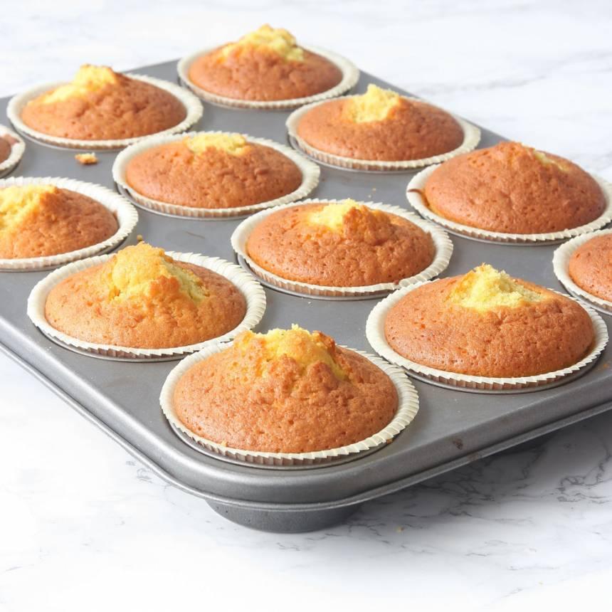 3. Grädda muffinsen mitt i ugnen i 15–17 min (några minuter kortare för normalstora muffins). Låt dem kallna.