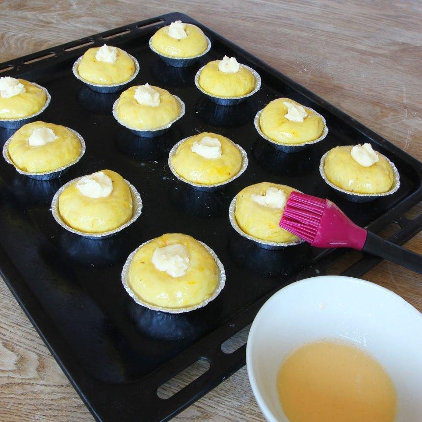 5. Pensla bullarna med uppvispat ägg och strö över pärlsocker.