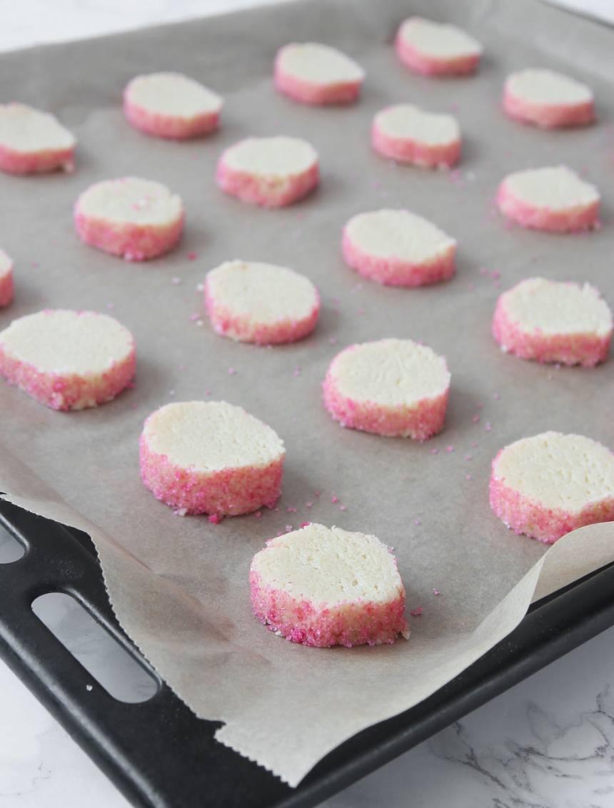 7. Lägg kakorna på en plåt med bakplåtspapper.