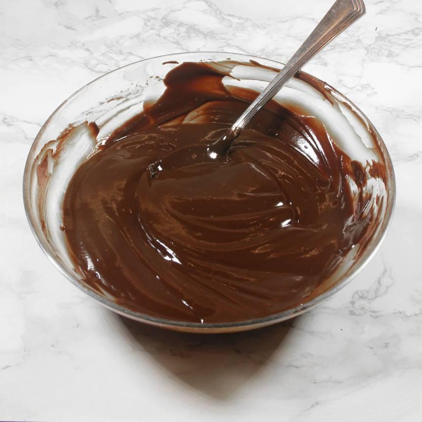 3. Blanda ner vispgrädden och rör om till en slät chokladsmet.