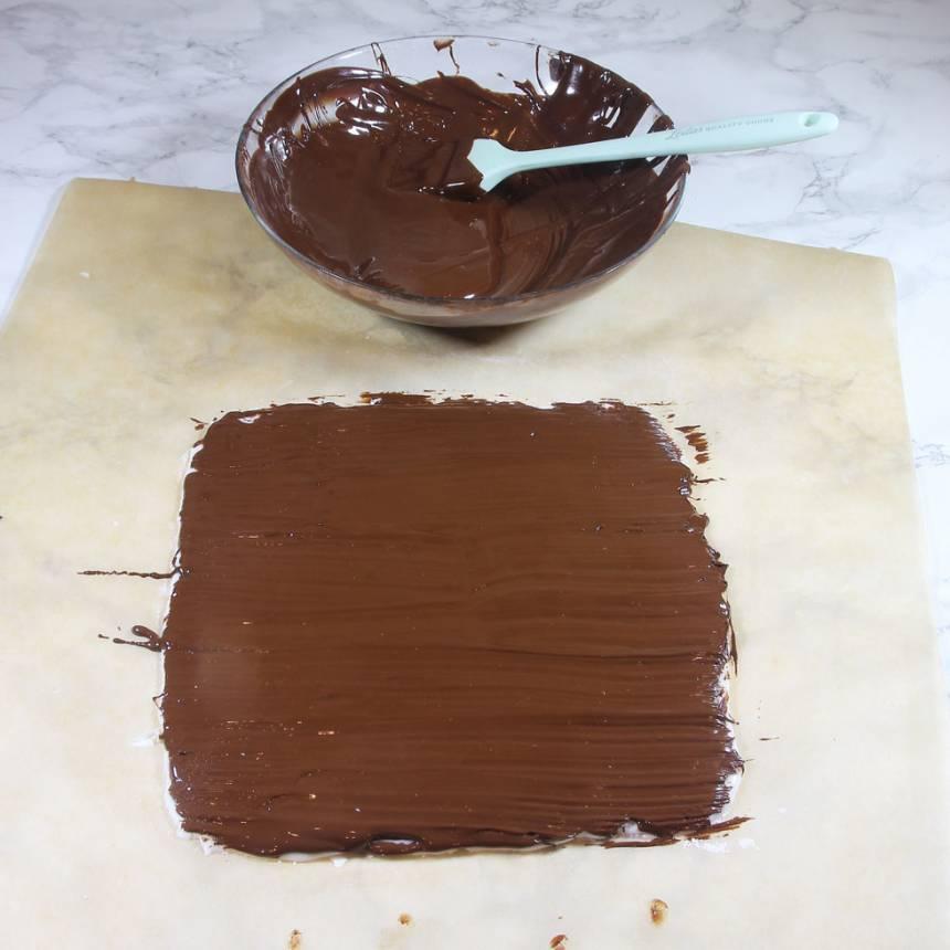 3. Garnering: Pensla smält choklad ovanpå mintplattan. Ställ den i kylen för att stelna. Skär kakan i rutor (låt den stå framme en stund i rumstemperatur innan så chokladen inte spricker). Förvara bitarna i en burk med lock i kylen.