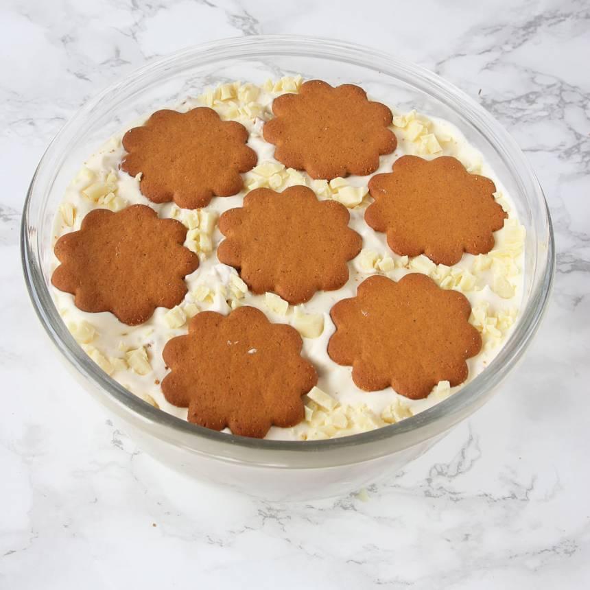 Dekorera glassen med några pepparkakor. Frys in glassen i 6–8 timmar. Ta fram den ca 20 min före servering.