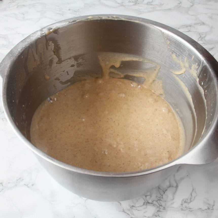 1. Sätt ugnen på 180 grader. Vispa ägg och strösocker pösigt i en bunke. Blanda vetemjöl, pepparkakskrydda, kanel och bakpulver. Rör ner det i äggblandningen ihop med smör och mjölk. Vispa snabbt ihop allt till en slät smet.