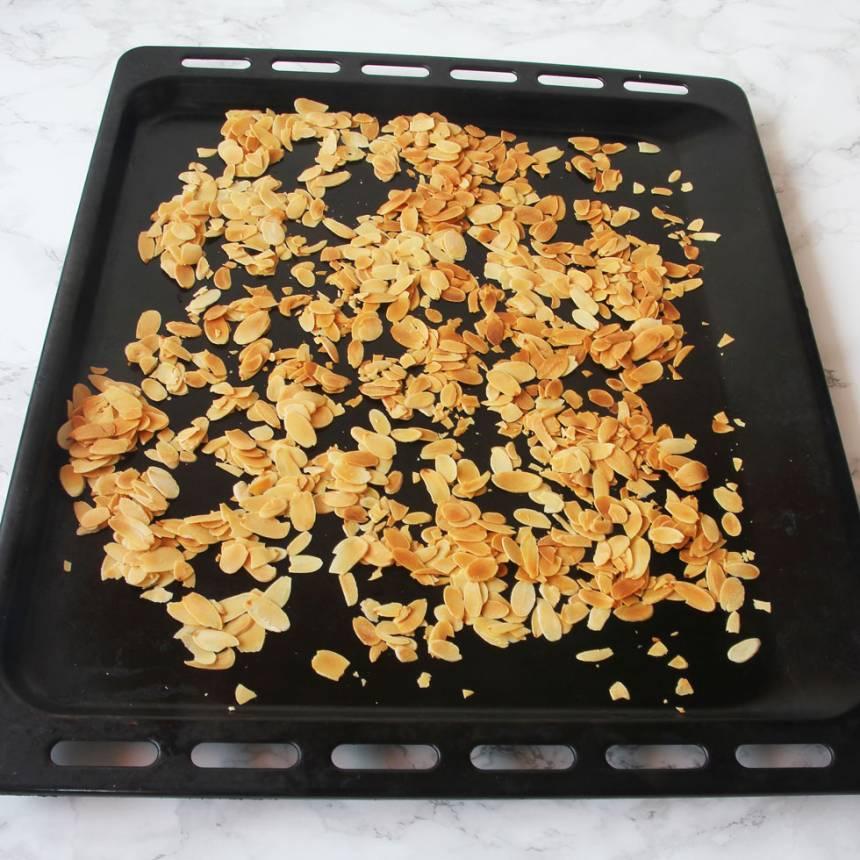 1. Sätt ugnen på 150 grader. Lägg mandelspånen på en plåt. Rosta dem i ugnen i 6–8 min. Rör om ca 2 gånger under rostningen.
