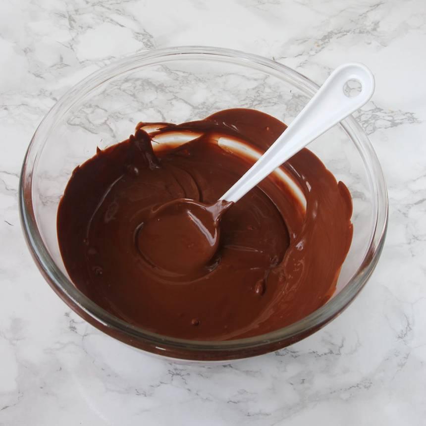 2. Smält chokladen i en skål över vattenbad.