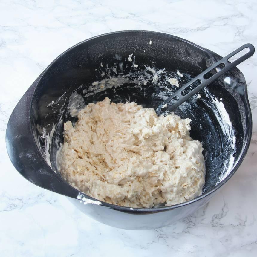 1. Sätt ugnen på 250 grader. Tillsätt alla torra ingredienser i en skål. Rör om. Nyp ihop smöret med de torra ingredienserna. Tillsätt mjölken och blanda ihop allt till kladdig deg.