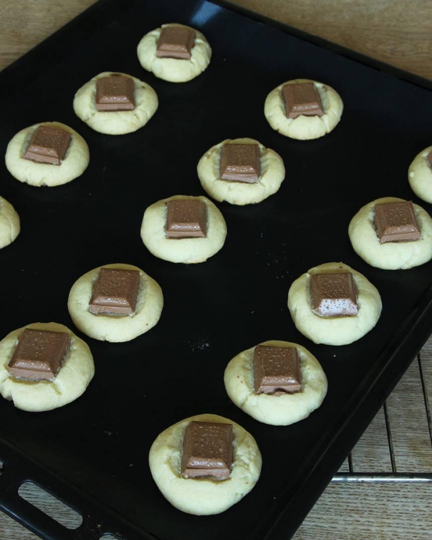 5. Grädda kakorna mitt i ugnen i ca 20 min. Låt dem svalna på plåten. Pudra över florsocker före servering.