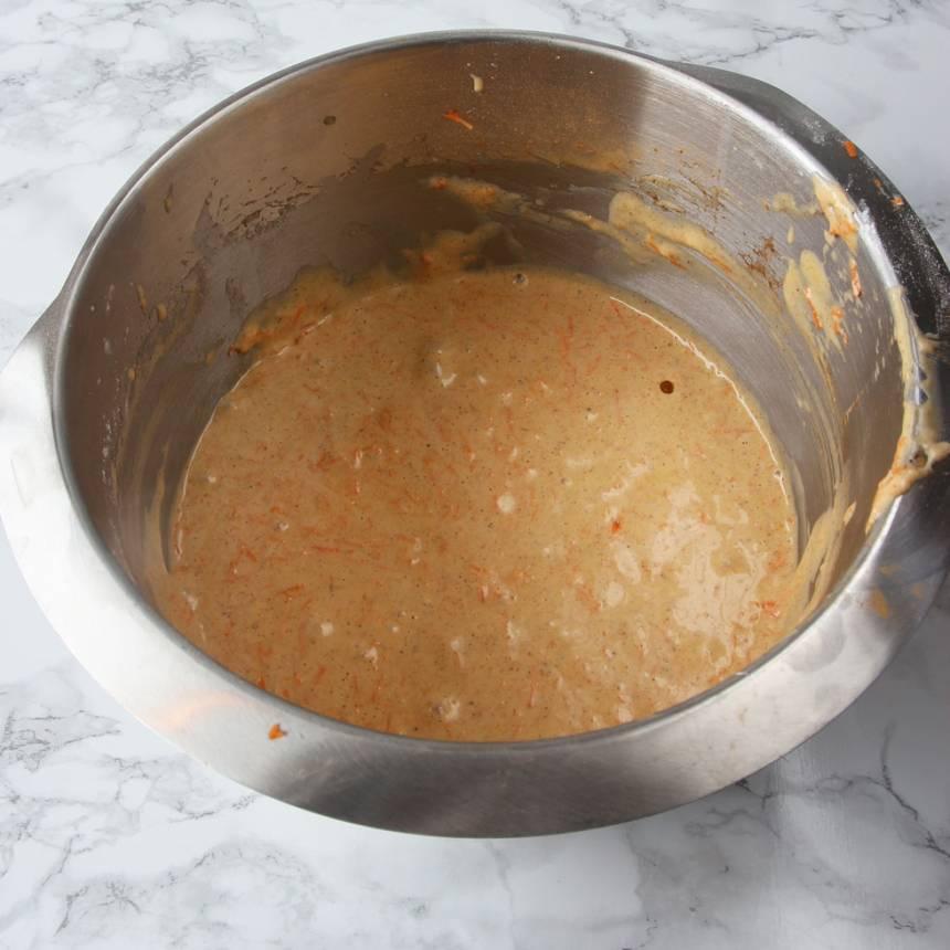2. Vispa ägg och strösocker pösigt i en bunke. Blanda bakpulver, kanel, kardemumma och vetemjöl. Rör ner det ihop med oljan i äggsmeten. Blanda till en slät smet.