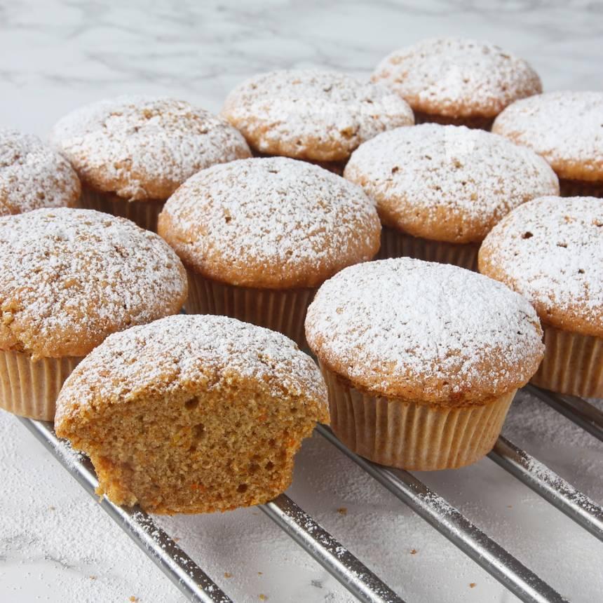 4. Grädda muffinsarna mitt i ugnen i 13–15 min. Låt dem svalna i formarna.