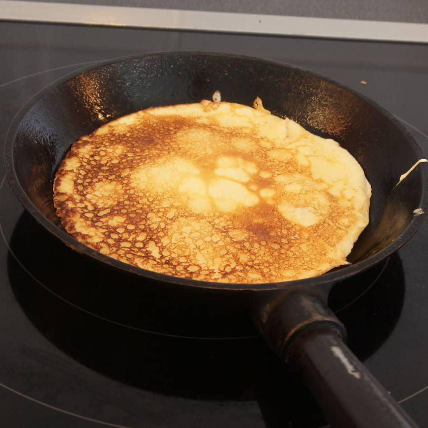 5. Grädda pannkakan en liten stund. Lägg de färdiga pannkakorna i hög på ett fat så de håller värmen. Reglera värmen upp och ner under gräddningen så pannkakorna blir lagom gyllenbruna.