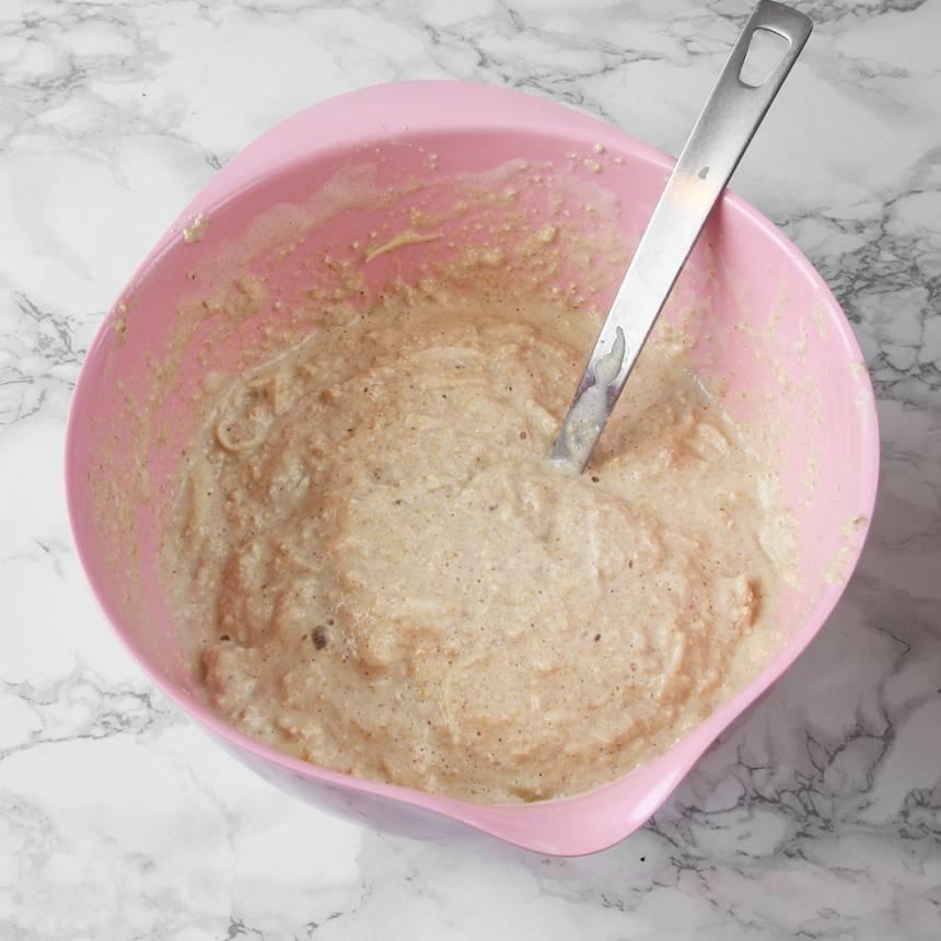 5. Blanda ihop de torra ingredienserna, äggen, filmjölk och äpplen till en kladdig smet.