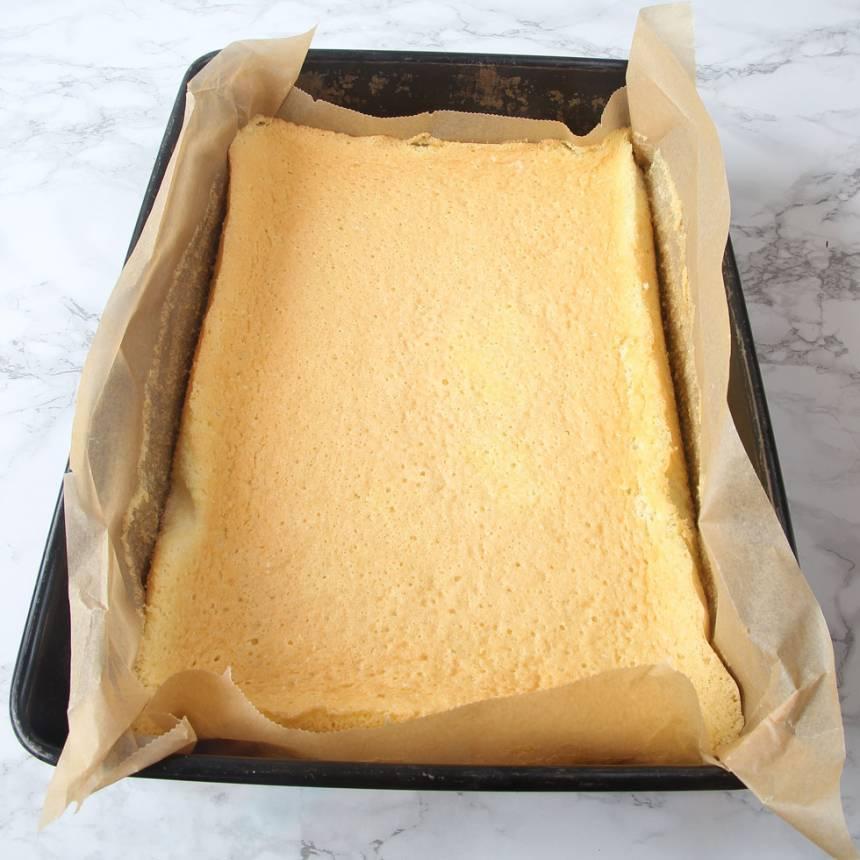 3. Grädda kakan längst ner i ugnen i 16–20 min. Låt den kallna i formen.