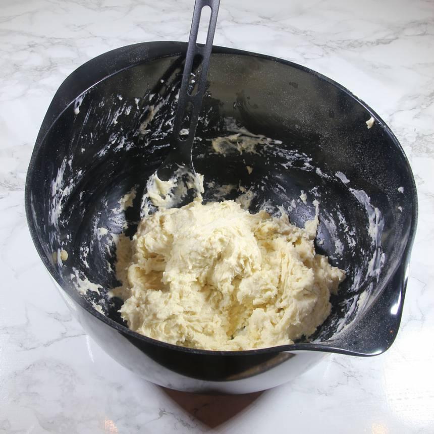 1. Sätt ugnen på 250 grader. Blanda vetemjöl, bakpulver och salt i en bunke. Tillsätt rapsolja och mjölk och häll det över mjölblandningen. Rör ihop allt till en kladdig deg.