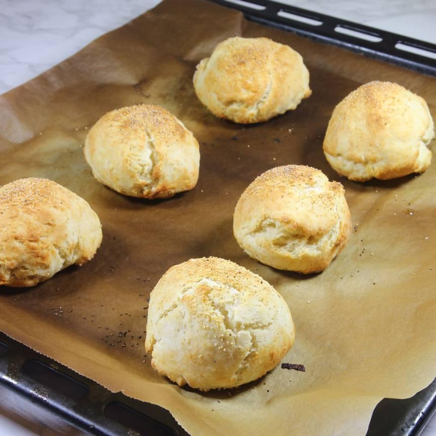 5. Grädda bröden mitt i ugnen i 12–14 min. Låt dem svalna på plåten. Njut av de nybakade bröden med smör och ost eller något annat gott pålägg.