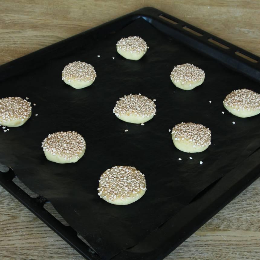 5. Lägg kakorna på en plåt med bakplåtspapper.
