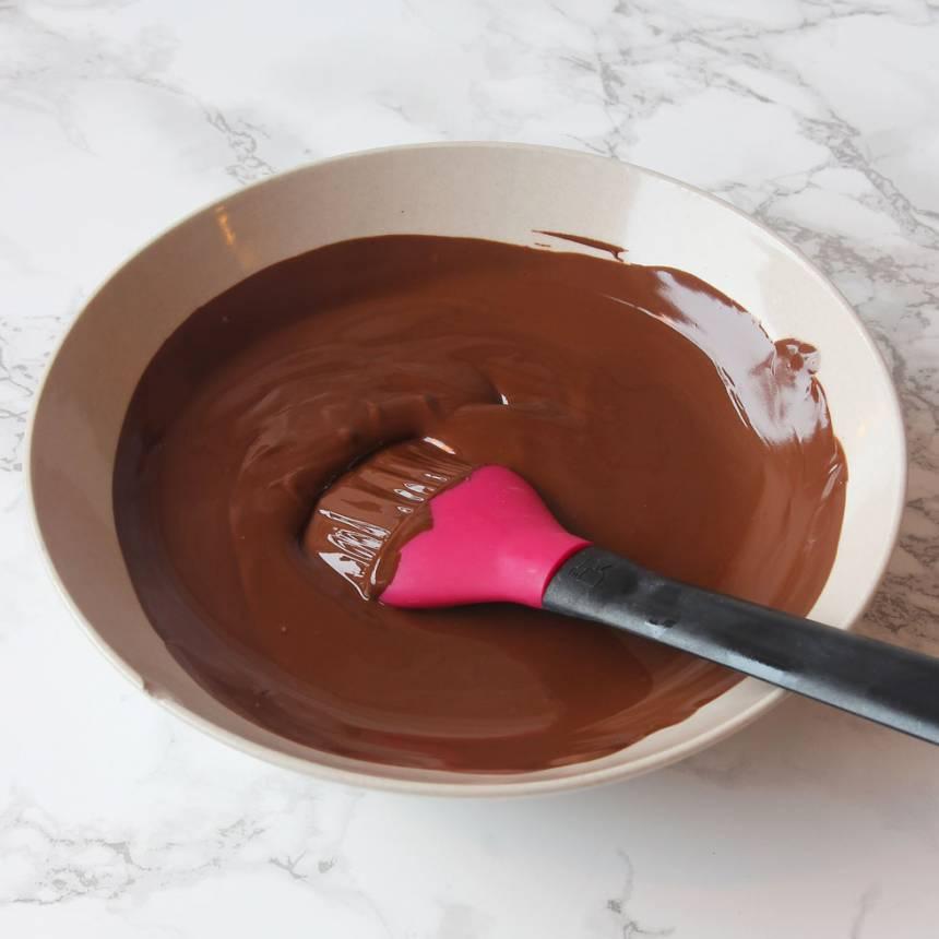 6. Smält chokladen över vattenbad.