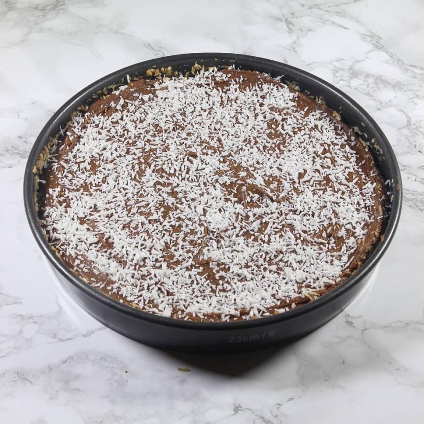 6. Strö kokos över glasyren. Låt den stelna. Skär kakan i rutor med en vass kniv.