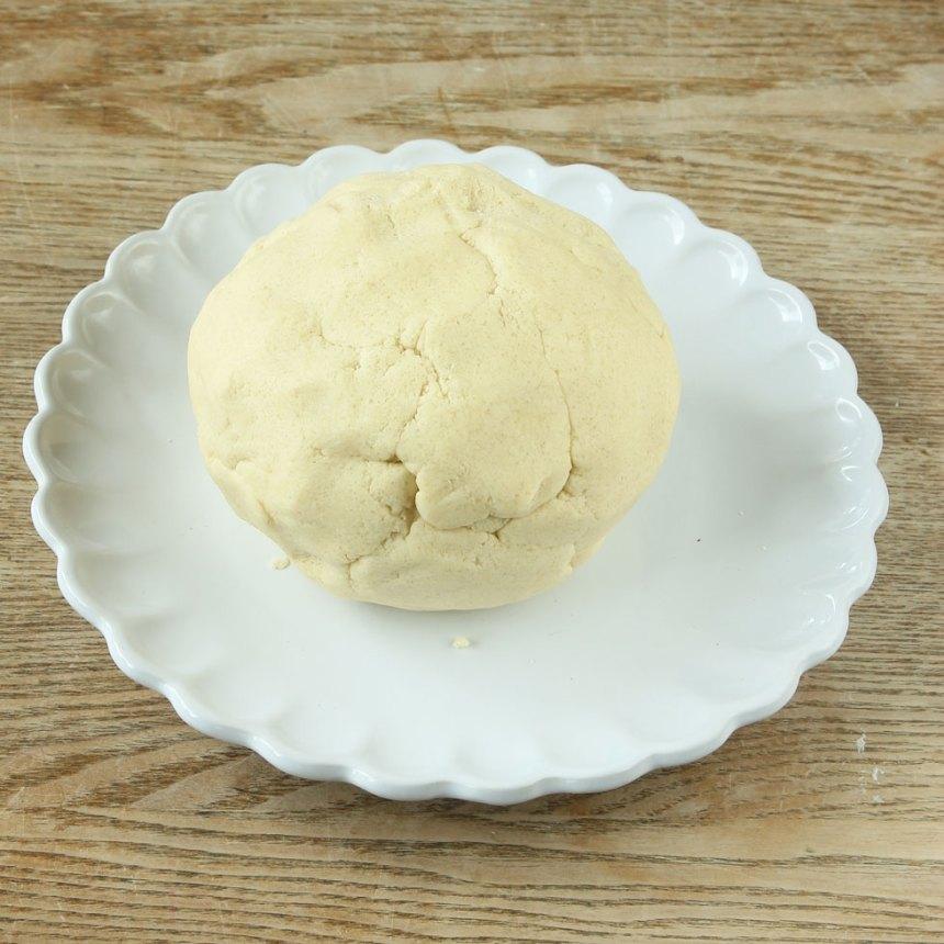 1. Sätt ugnen på 200 grader. Blanda strösocker, vetemjöl och salt i en bunke. Nyp ihop smöret med de torra ingredienserna till en deg. Eller kör ihop degen snabbt i en hushållsmaskin.