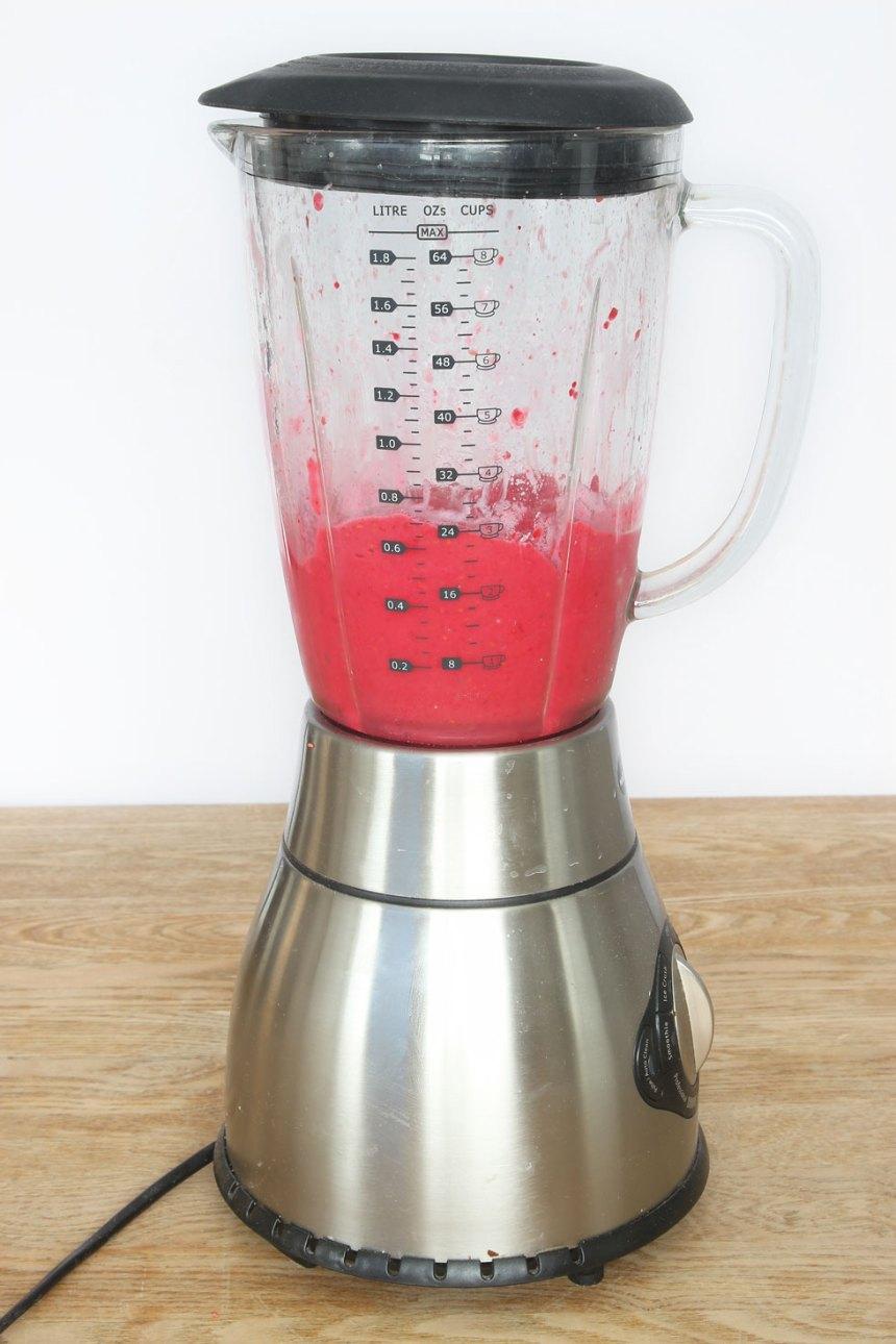 1. Mixa hallonen och bananen i en mixer till en krämig glass. (Om man vill kan man tillsätta några droppar mjölk också). Låt frukten tina lite om det är svårt att mixa. Ät glassen direkt.