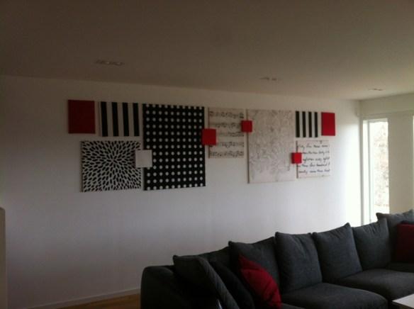 ferdig vegg med bilder laget av stoff fra IKEA og rammer fra clas ohlson