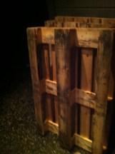 Skitne paller som skal bli til pallemøbler