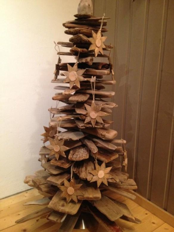 Juletre av drivved og planker