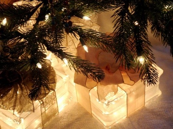 Glassbyggestein som lysende gaver under jule treet