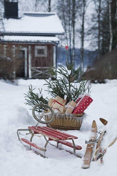 kjelke og ski i snøen julegaver julestemning