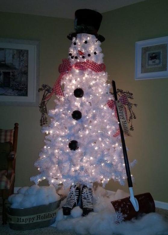 snømann av hvitt juletre