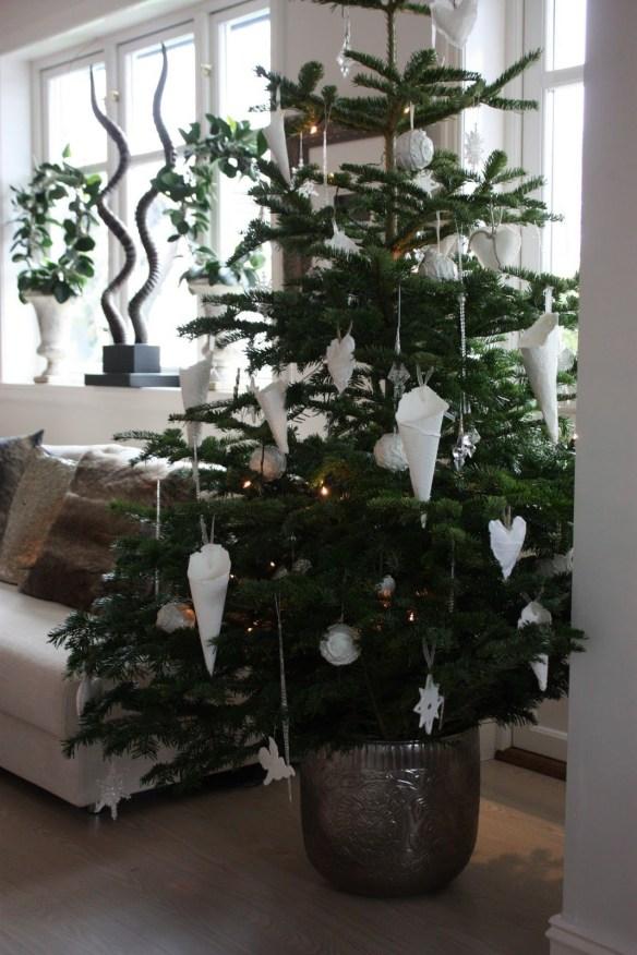 Enkelt juletre med hvit pynt kremmerhus hjerter