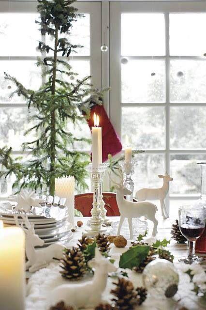 juledekket bord i hvitt med hjort
