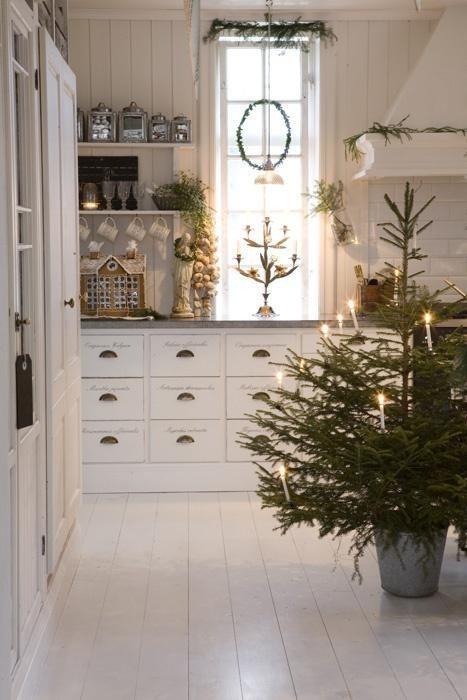 julepyntet hvitt kjøkken