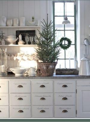 juletre på kjøkkenbenken landlig