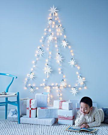 juletre på vegg med lys og stjerner