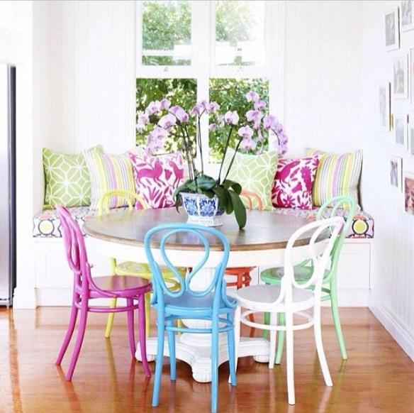 Spisestue med fargerike stoler