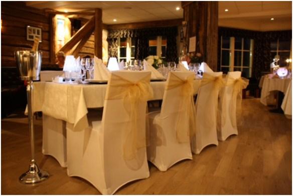 borddekking-tytingen-stoltrekk-m-lys-brune-organza-sloyfer-og-lampeskjermer