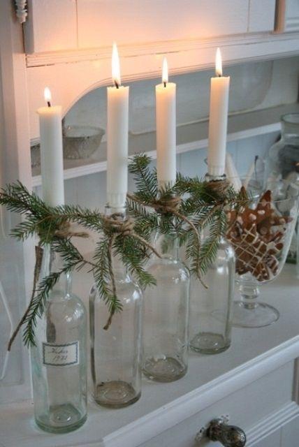 julepynt-tomme-flasker-med-lys-og-granbar-pynt