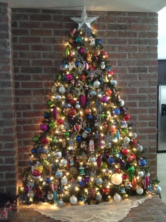 juletre-vegg-med-grener-kuler-og-lys