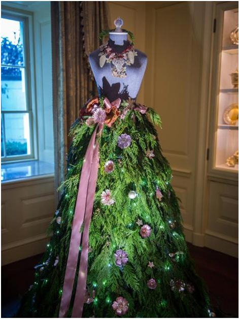 julekjole-dekorasjon-granbar-med-rosa-pynt