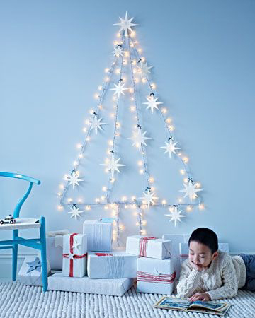 juletre-pa-vegg-med-lys-og-stjerner