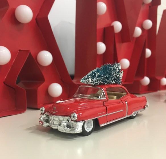 Amcar rød med juletre på taket