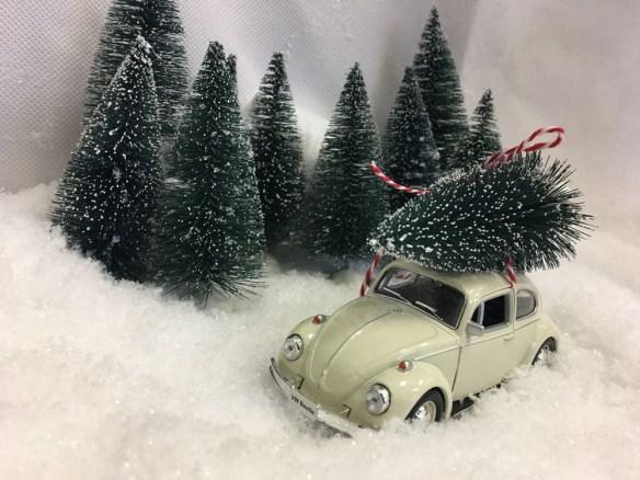 VW Boble med juletre hvit i snøen