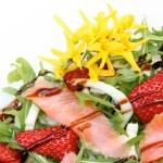 Žāvēta laša, zemeņu un rukolas salāti