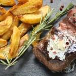 Liellopa steiks ar rozmarīna sviestu un krāsnī ceptiem kartupeļiem