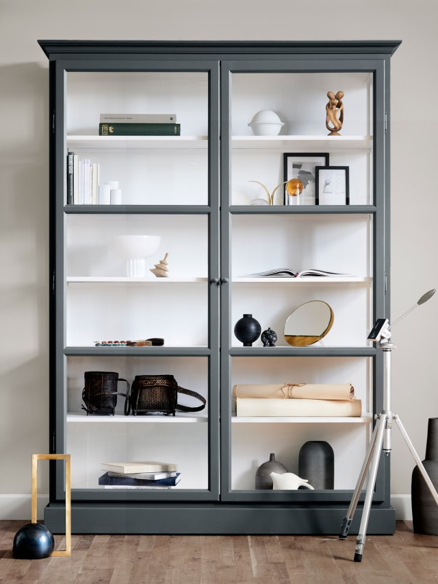 Image of Lindebjerg Design Classic V2 Anthracite vitrine Cabinet in a sand coloured room with interior