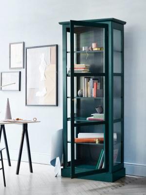 Bild von Lindebjerg Design Farbe N1 grün Vitrinenschränke in einem hellblauen Raum mit Innenraum